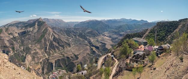 グニブの町と緑の岩のテラスのある曲がりくねった山のある高地の高原。ダゲスタンの高山の谷。ロシア。