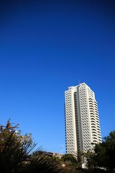 푸른 하늘 위에 발렌시아에서 높은 건물