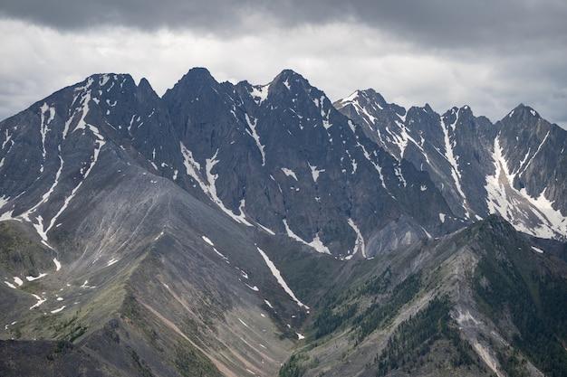 鳥瞰図からの高い山脈は、その頂上に雪があります野生の予約された自然