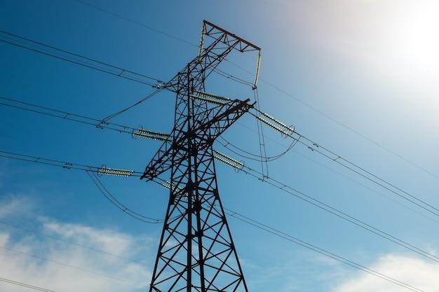 푸른 흐린 하늘에 대 한 고전압 전원 철탑