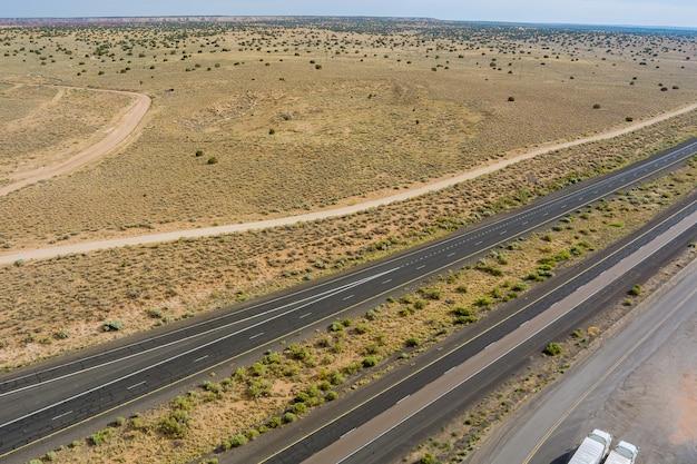 アメリカの田舎道の砂漠の風景に沿ったニューメキシコの高速道路