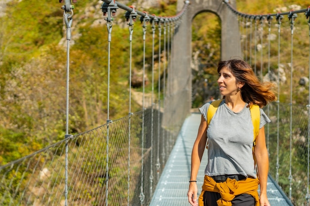 ラローのホルツァルテ吊橋を渡るハイカー。スペインのナバラとピレネーアトランティックの北にあるイラティの森またはジャングルで