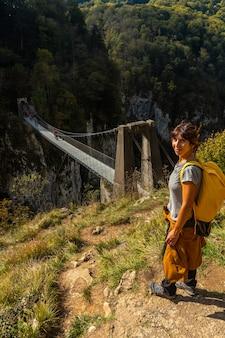 ラローのpasserelleholtzarteを見ているハイカー。スペインのナバラとピレネーアトランティックの北にあるイラティの森またはジャングルで