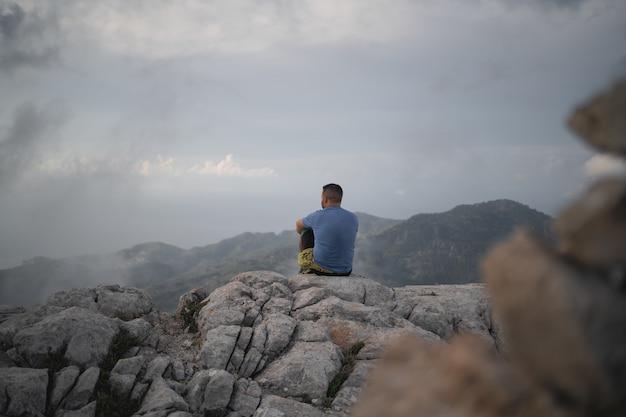 등산객이 바위에 앉아 놀라운 전망을 감상합니다.