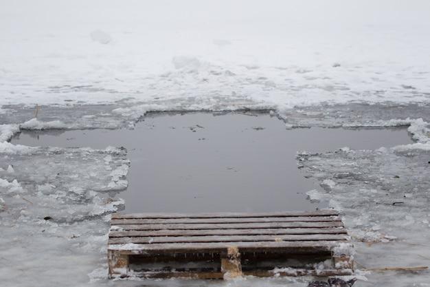 十字架の形をした氷湖の穴。