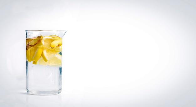 Домашний напиток. здоровая вода с имбирем и цитрусовыми в стеклянной изолированной банке