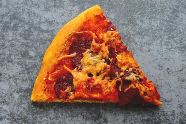 自家製サラミのピザのスライス。