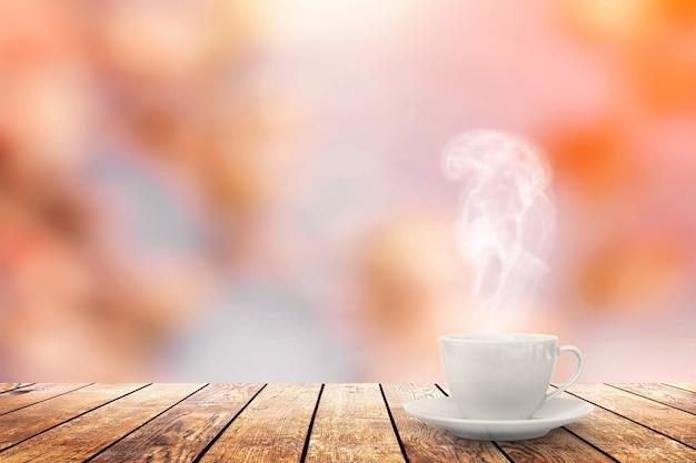 春の背景のテーブルの上のホットコーヒー