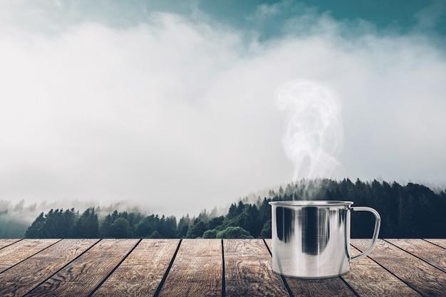 봄 배경에 테이블에 뜨거운 커피