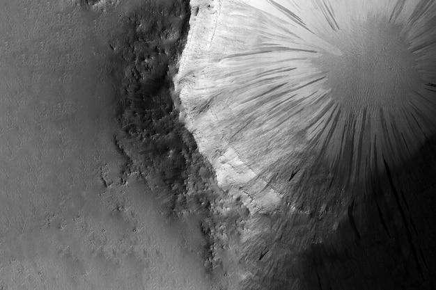 Огромный кратер на луне. элементы этого изображения были созданы наса.