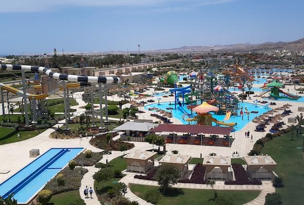 조감도에서 다양한 워터 슬라이드와 수영장이있는 거대한 여름 워터 파크