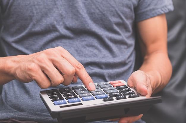 Человек, использующий калькулятор