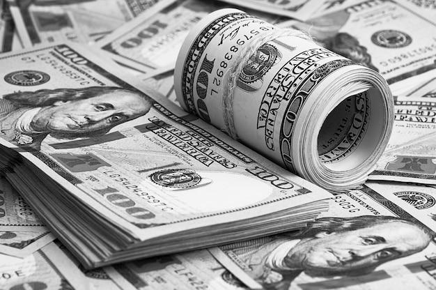 100枚のアメリカの紙幣が散らばっています。現金百ドル札、ドル画像。