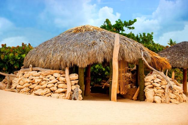 돌과 초가 지붕으로 만든 오두막.