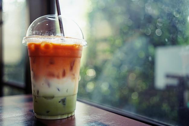 紅茶、ミルク、緑茶からなる氷の3層飲料は、プラスチックカップ