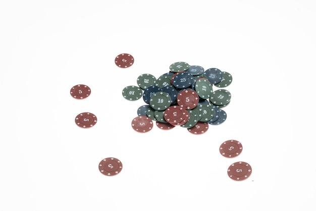 Изолированная плоская планировка покерных фишек казино, азартная игра на удачу и концепцию риска,