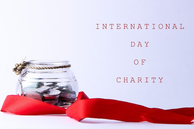 Кувшин с серебряными монетами, перевязанными небольшими веревками и украшенными красными лентами. Premium Фотографии