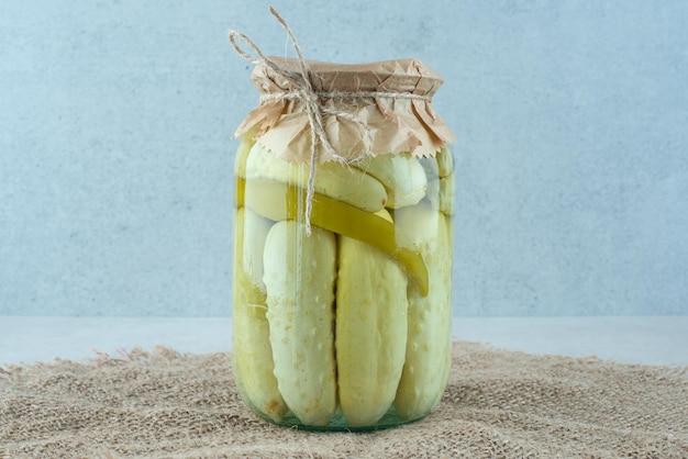 黄麻布の自家製きゅうりのピクルスの瓶。