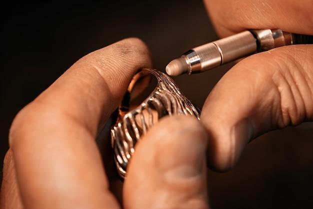 宝石商は、宝石をあしらったポリッシュゴールドのリングです。
