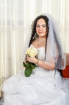 フッパー式の前に、顔をベールで覆ったユダヤ人の花嫁が、新郎を待って座っています。