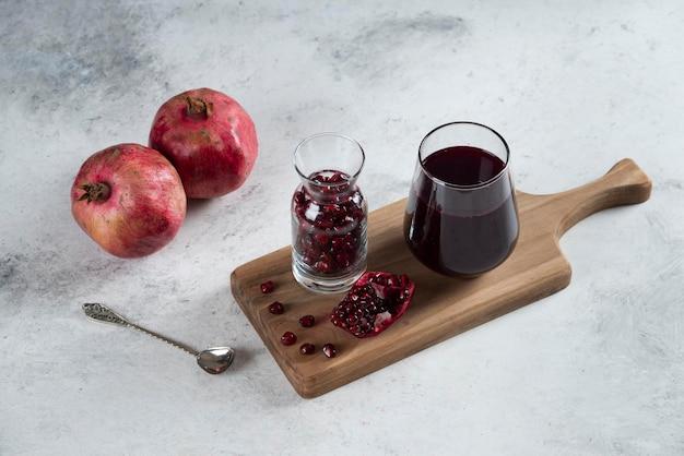 석류가 가득한 주전자와 주스 한잔.