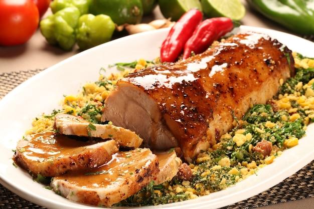 육즙 신선한 돼지 고기 허리 로스트 접시에 슬라이스.