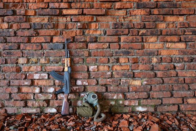 전쟁의 벽돌 배경에 kalashnikov 소총
