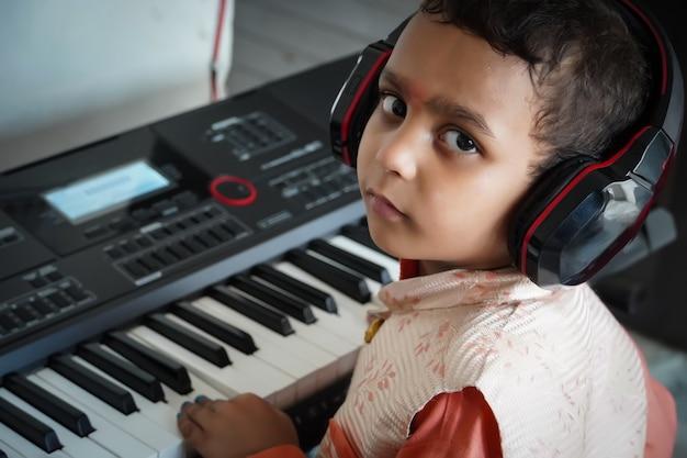 子供がピアノを弾いている子供のためのピアノのクラス