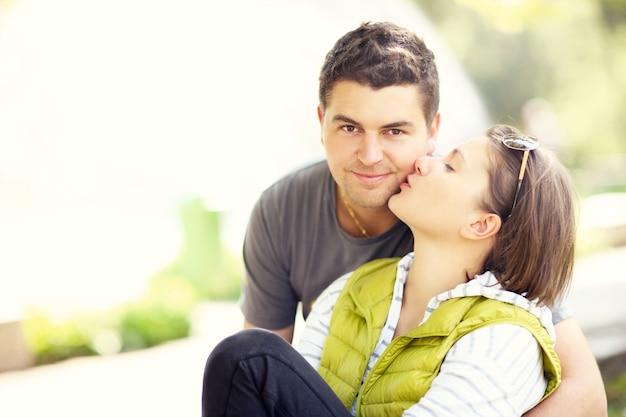 公園でキスをしているカップルと左側のコピースペース