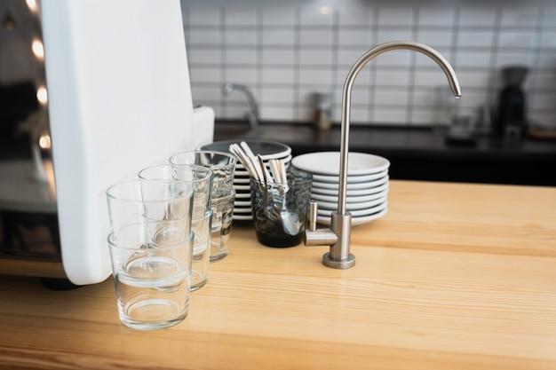 Кухонная столешница и мойка с посудой.