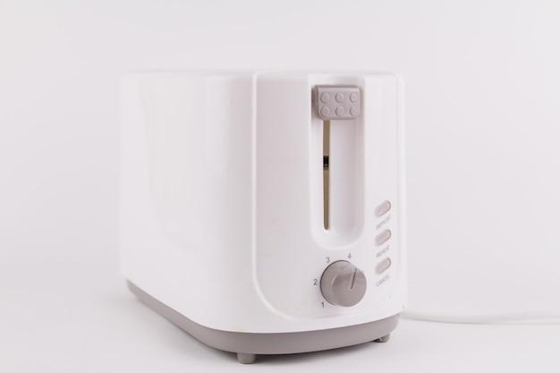 Кухонный тостер для белого хлеба на белом фоне