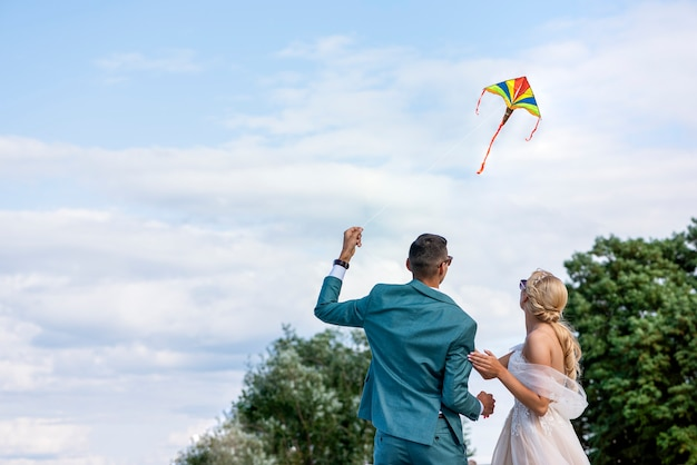 결혼식의 연 웨딩 커플이 연을 하늘로 날리다 신랑과 신부가 함께 연을 날리는데...