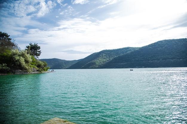 青い水が流れる湖、遠くに山々が見えます。アブラウ湖、アブラウ・ドゥルソ。高品質の写真