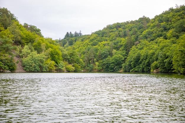 水からのチェコ共和国の眺めのヴルタヴァ川沿いの風景