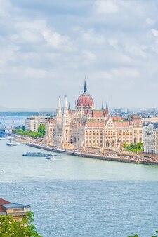 Панорамный вид на город будапешт, здание венгерского парламента - одно из самых красивых зданий венгерской столицы.