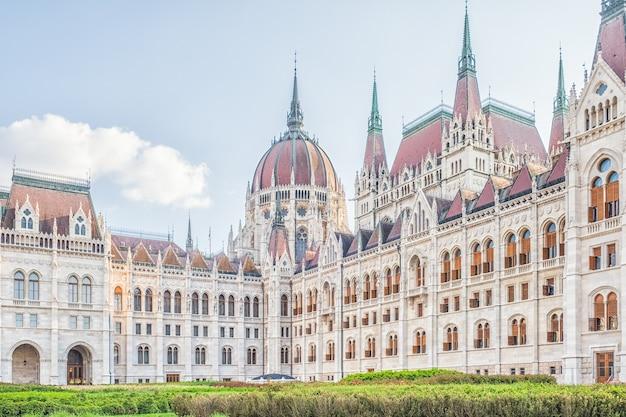 헝가리 수도에서 가장 아름다운 건물 중 하나 인 헝가리 의회 건물 인 부다페스트 시내의 풍경을 감상 할 수 있습니다.