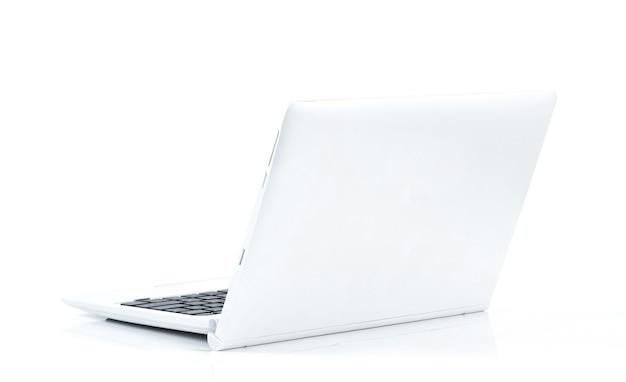 Портативный компьютер на белой поверхности