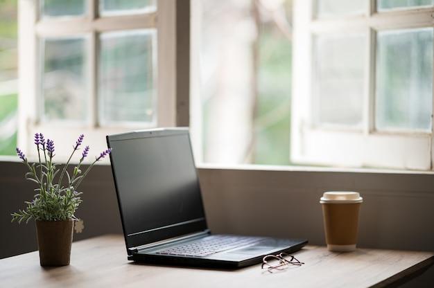 Ноутбук на столе для работы на дому во время эпидемии вируса.