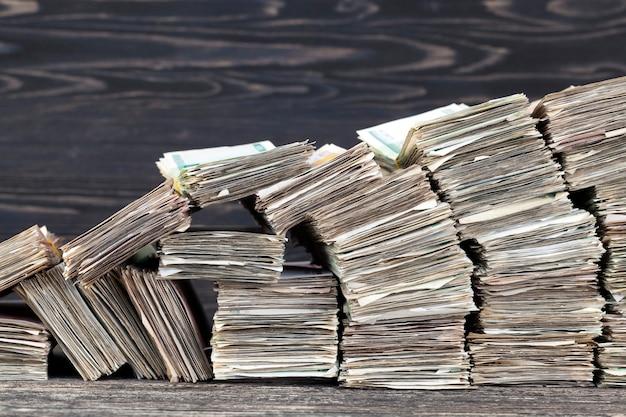 Большое количество старых скомканных и грязных денег
