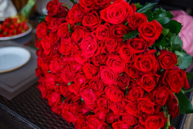女の子のための赤いバラの大きな花束、生花