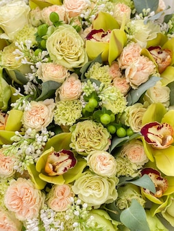 장미, 난초, 딸기, 라일락의 큰 꽃다발. 꽃 가게에서 소녀에게 선물을위한 세련된 고급 꽃