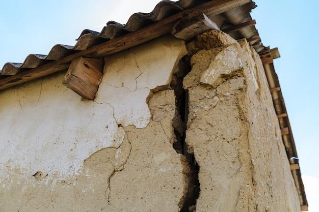 Большая опасная трещина в стене дома
