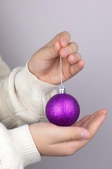 Большой дискотечный шар в руках на фоне