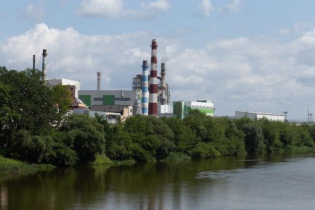 강둑에 큰 공장이 있습니다.