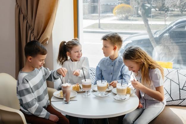 친근한 어린이들이 카페에서 맛있는 디저트와 함께 휴가를 축하합니다. 생년월일.