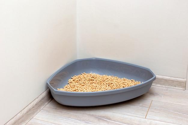 猫用の大きな灰色の三角形のプラスチック製トイレ