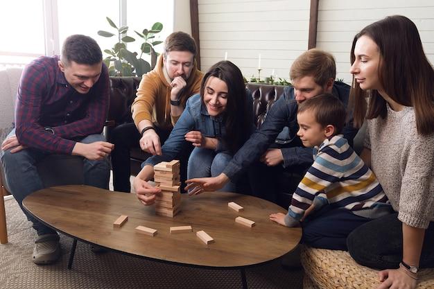 많은 친구들이 집에서 즐거운 회사 인 보드 게임을합니다. 고품질 사진