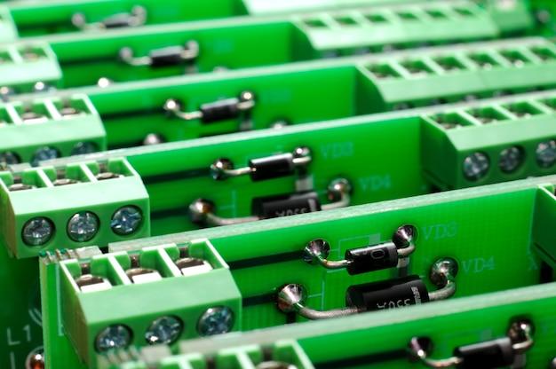 전자 부품이 포함된 많은 수의 그린 보드. 공장의 복잡한 전자 장비 개념