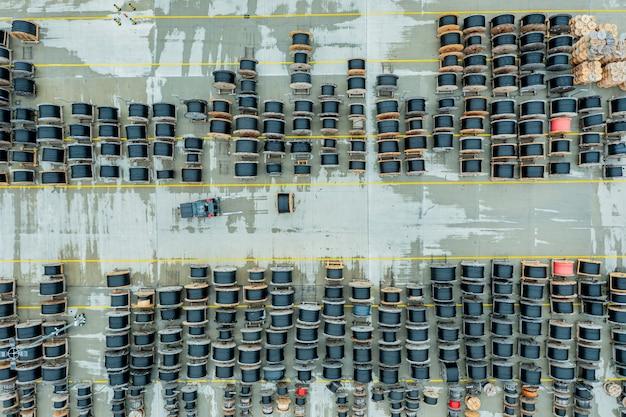 電気ケーブル付きの多数のリール。都市通信用の電線の倉庫と製造。航空写真