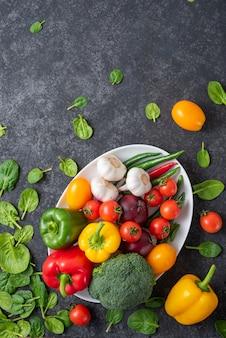 다른 야채와 함께 큰 타원형 접시. 개념 : 완전 채식, 날 음식, 여름 수확, 샐러드 야채 세트.